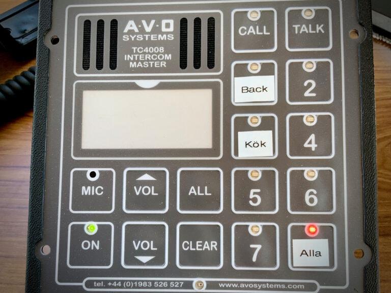 Intercomsystem från AVO Marine. Lättinstallerat och robust system helt anpassat efter fartyg. Från kommandobryggan kan alla enheter nås med en enkel knaptryckning. Utrop till båtens passagerare kan även göras från denna enhet.