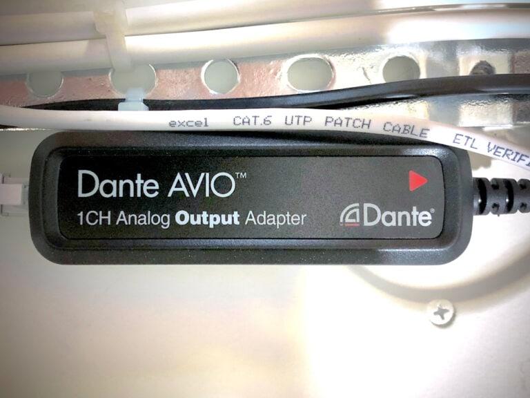 Audinate Dante AVIO Output adapter matar slingförstärkaren med ljud.
