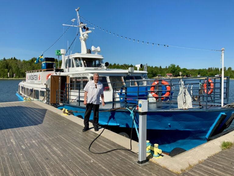 Per Rydback som driver LImötrafiken och ägare av M/S Drottning Silvia. Båten är här förtöjd vid kajen på Limön dit alla turer går.