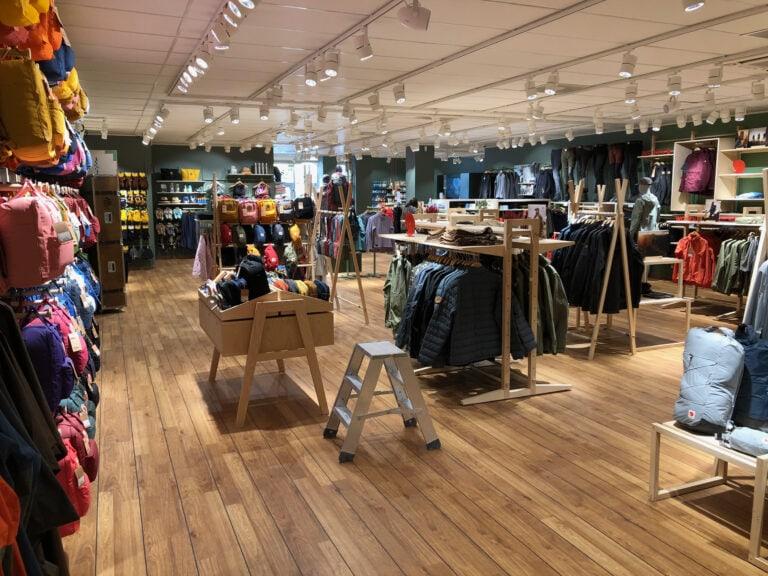 Naturkompaniets nyrustade butik i Gävle har fått en helt ny interiör. Högtalare samsas med belysning i takskenorna och skapar en väl avvägd ljudmiljö i hela butiken.