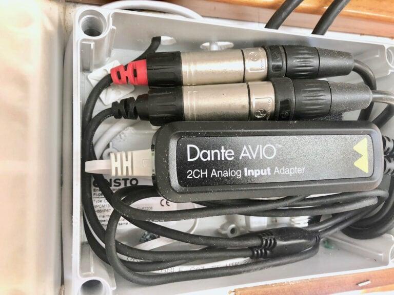 Ljudanslutningarna för uppspelning av musik bygger på Dante-teknik. AVIO-adapter inbyggd i apparatlåda.