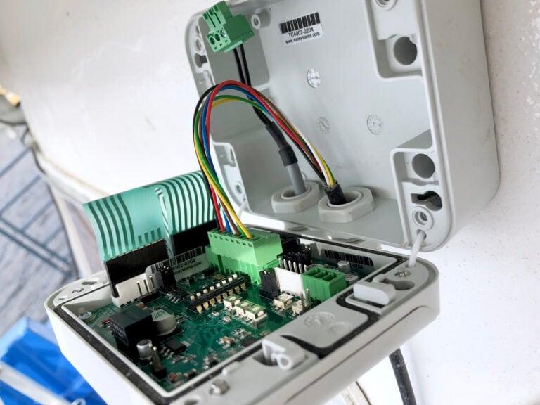 Enkel justering av intercomsystemet med hjälp av dip-switchar.