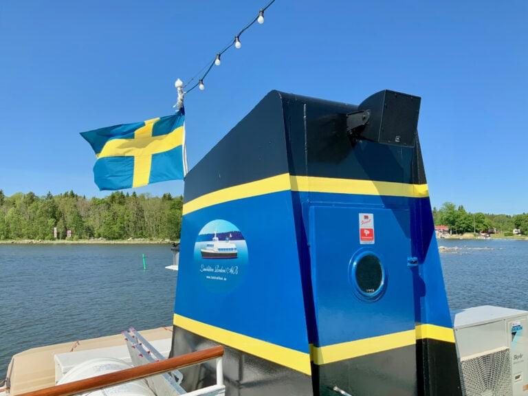 Vattentåliga högtalare från JBL. Deras AWC-serie är byggd för alla väderlekar och högtalarna kan sitta monterade året om. IP56-klassade och klarar saltvattenstänk. Förutom det har de ett fantastiskt ljud med stor botten trots sin storlek. Vi monterade tre stycken vilket räckte gott och väl för att täcka in hela båten.