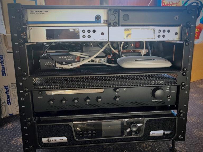 Ljudutrustning färdigmonterat i ljudrack. En kompakt rigg då utrymmet på båten var begränsat. Mikrofonmottagare från Sennheiser och DSP från Xilica. Bosch 100V förstärkare till takhögtalare inne på båten och nederst Crown CDi4|300 till alla högtalare ute på däck.