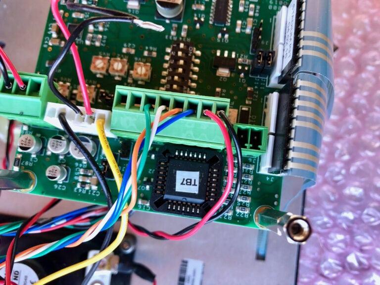 Modifiering av intercomsystemet krävdes för att koppla in en extern mikrofon som kan samsas med övriga ljudsystemet ombord.