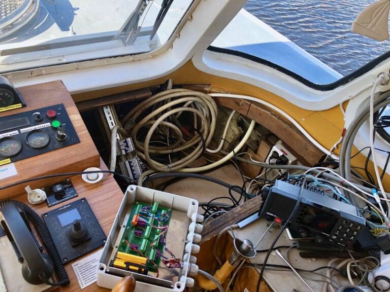 Ny och gammal teknik samsas på styrbryggan. Installation av nytt intercomsystem från AVO Marine.