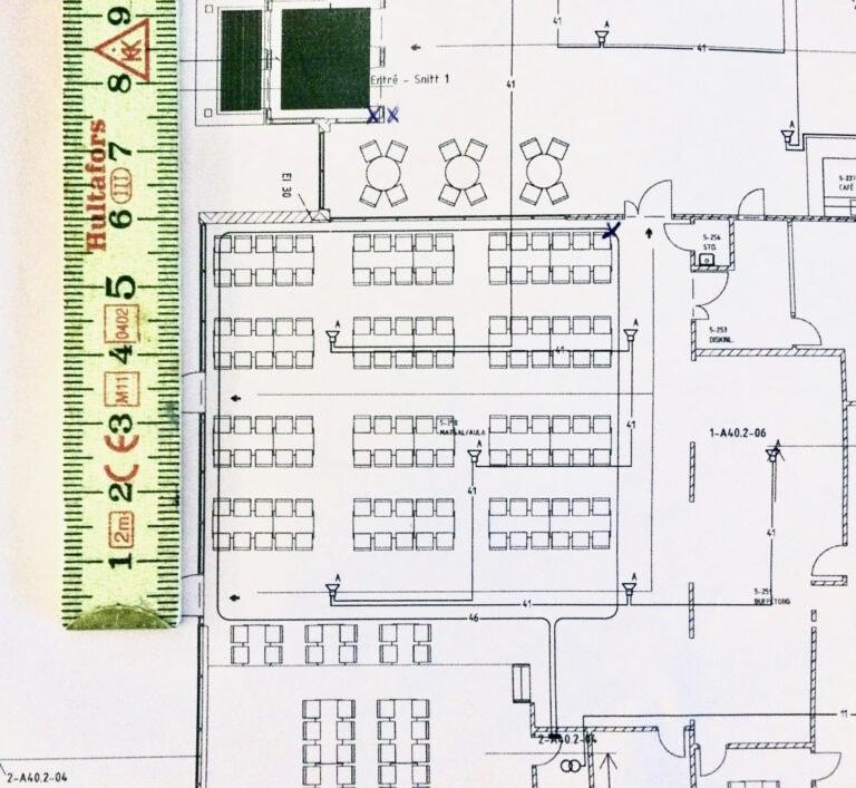 Ritning över matsal/aula där hörslingan ska ritas in.