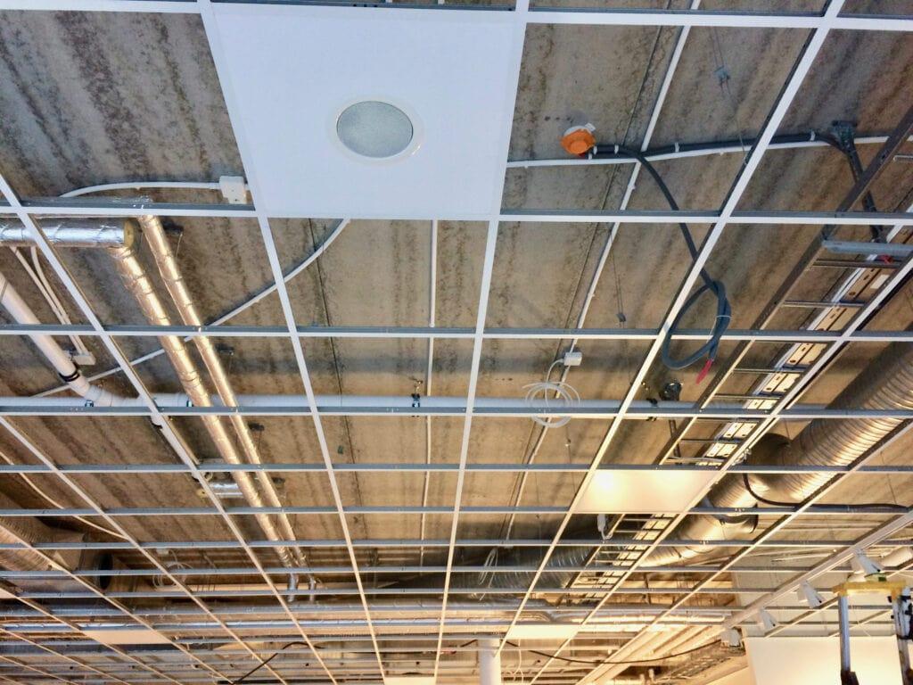 Bild innan SLS-slinga monteras ovanför takplattorna.