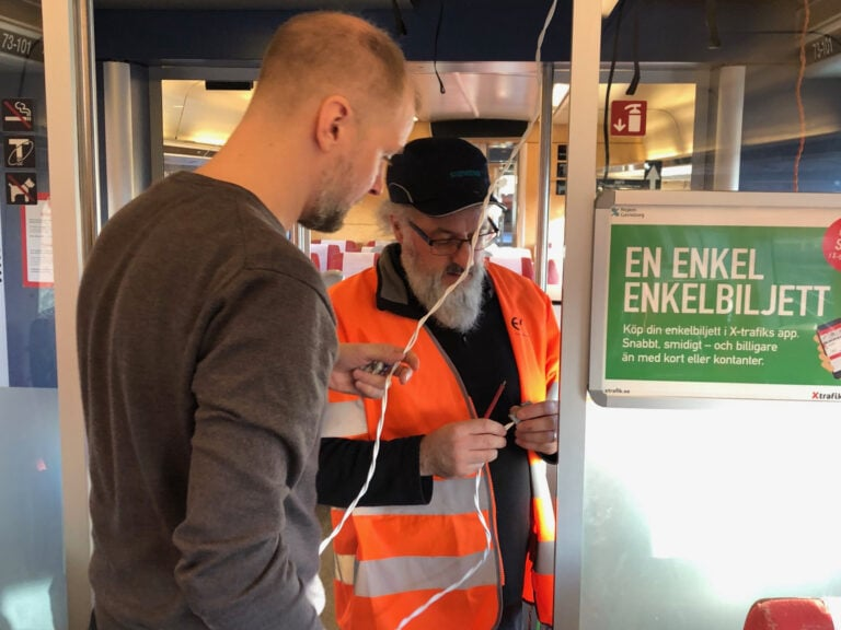 Carl Hilton (Sennberg) och Tom Lane (Ampetronic, UK) monterar en testslinga som ska mätas upp.