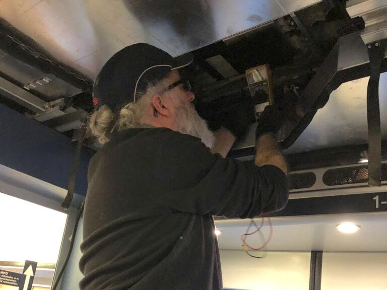 Tillsammans med Tom Lane från Ampetronic (UK) gör vi mätningar på tågets befintliga slinga.
