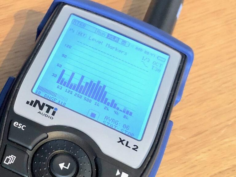 Ljudmätning med NTi XL2. Mäter ljudtrycknivå, efterklangstid med mätmikrofon. Här syns mätning i tersband.