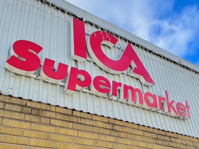 Gävle Ljud monterar ljud på ICA Supermarkets butik i Hofors.