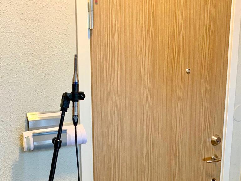 Mätning av ljudstyrka i trapphus för att slutbesikta dörrinstallation.